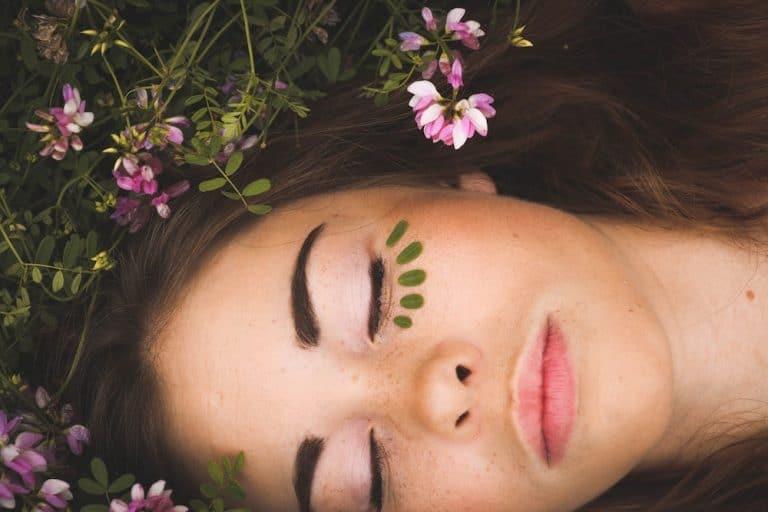 Gesicht einer Frau mit verschlossenen Augen