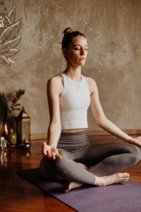 Frau macht Yoga-Übungen