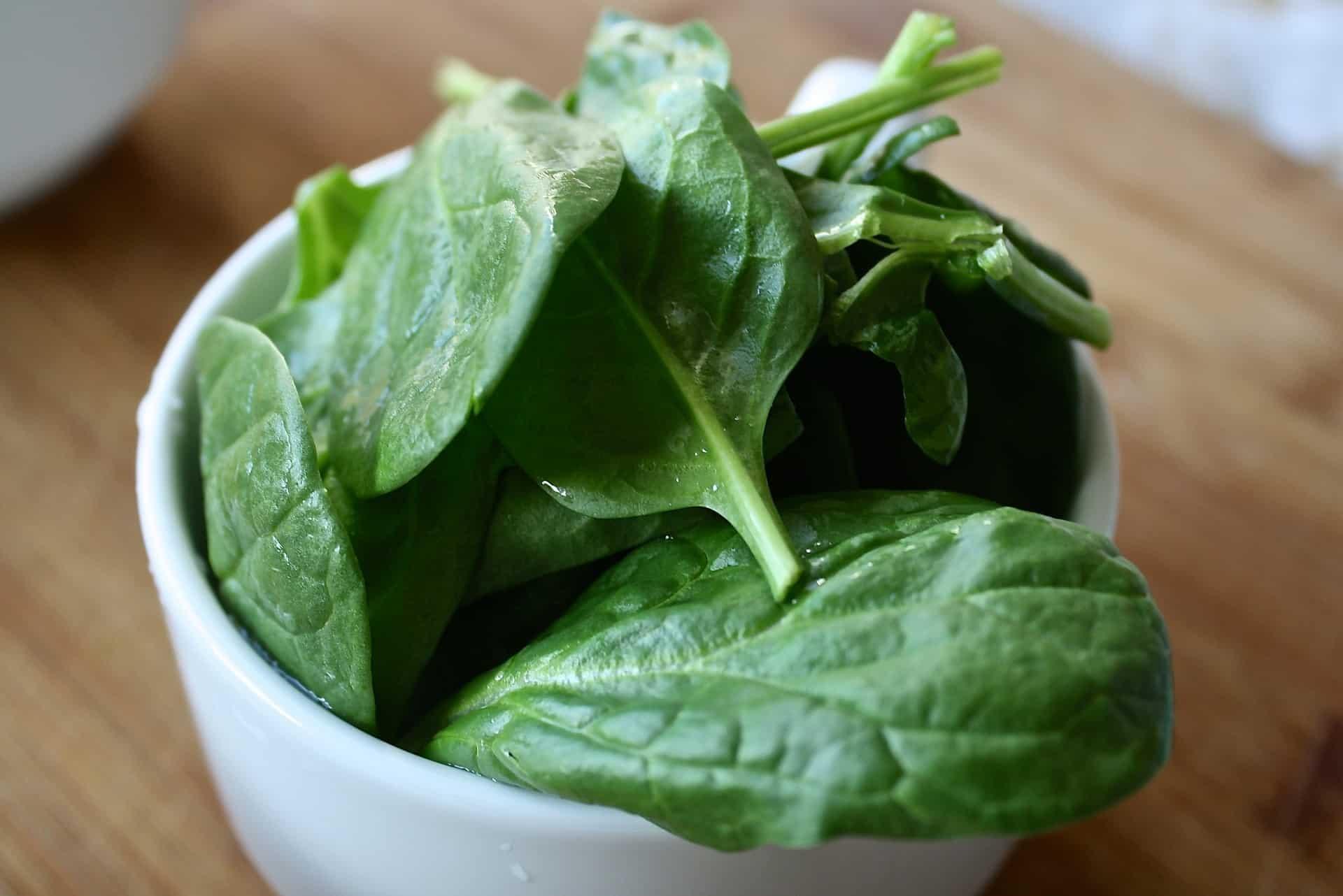Eine Schale mit Salat Detox
